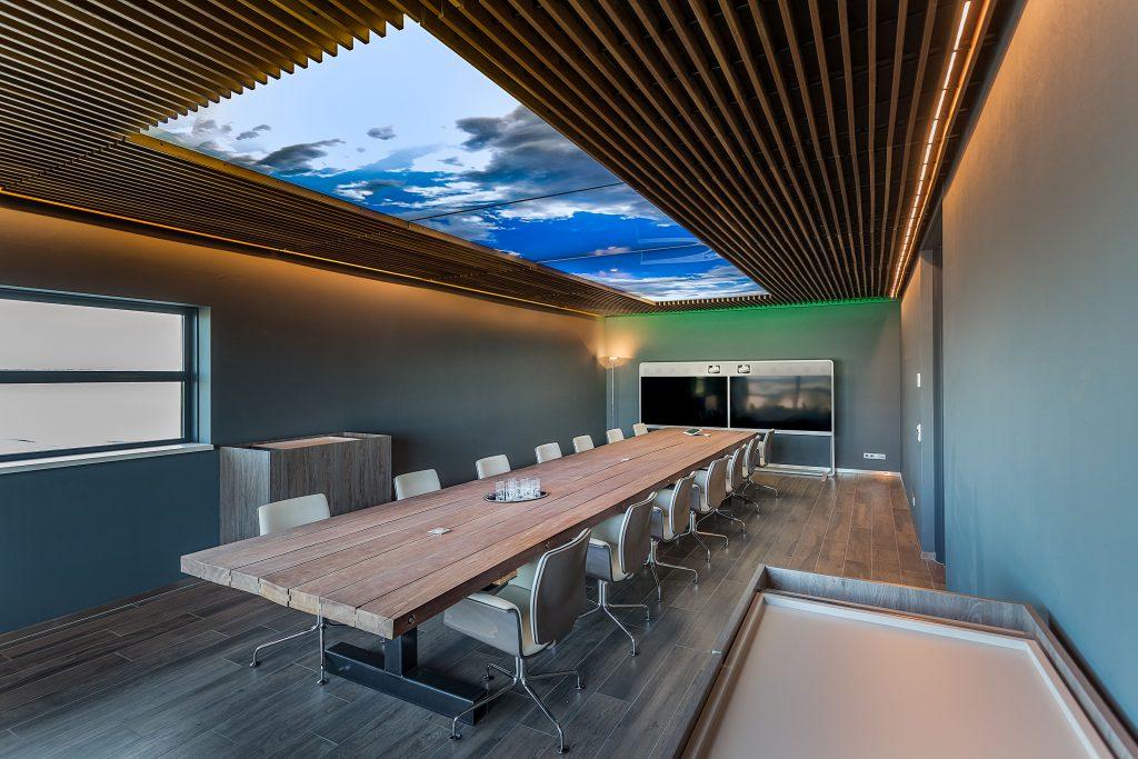 Fotoplafonds toegepast in vergaderkamer